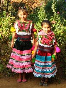 dziewczynki wstroju tradycyjnym